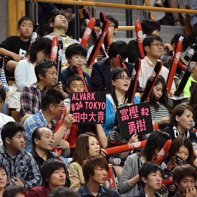 応援ボードを掲げて声援を送るファンの方々