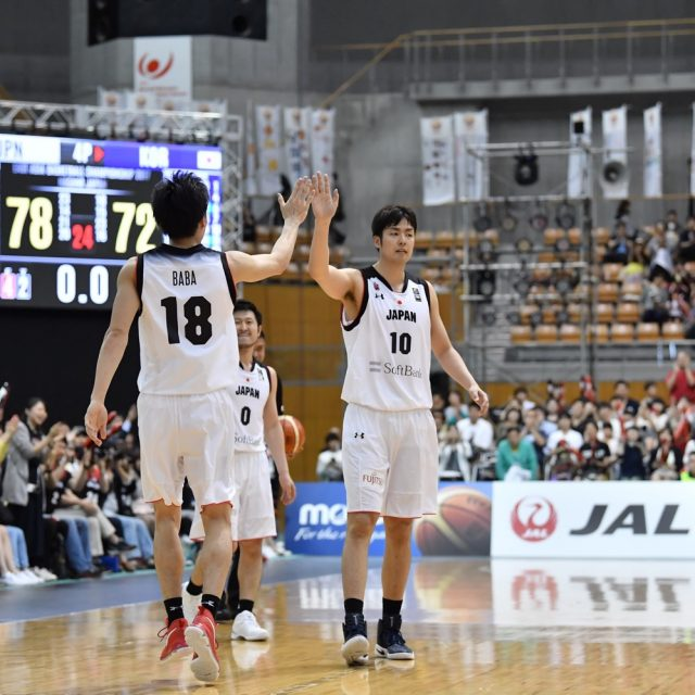 #10 竹内 公輔選手(栃木ブレックス)と#18 馬場 雄大選手(筑波大学 4年)は勝利のハイタッチ