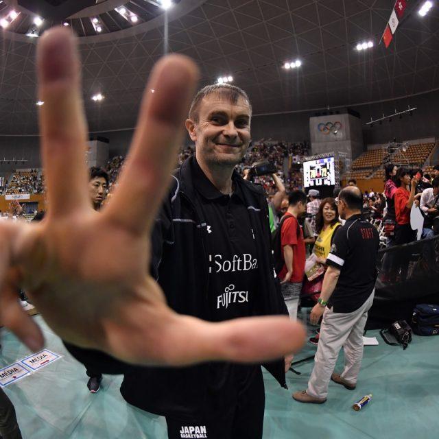 Vサインで勝利を喜ぶルカ・パヴィチェヴィッチヘッドコーチ