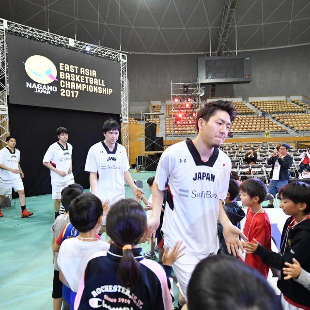 子どもたちとのハイタッチで「AKATSUKI FIVE」が入場