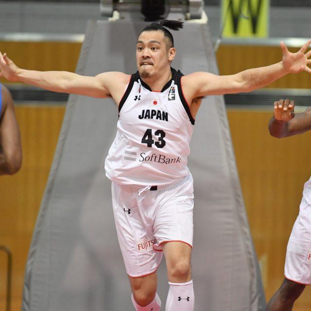 手を広げて止める#43 永吉 佑也選手(川崎ブレイブサンダース)