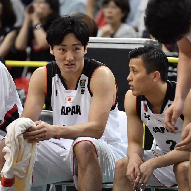 ベンチでの#24 田中 大貴選手(アルバルク東京)と#2 富樫 勇樹選手(千葉ジェッツ)