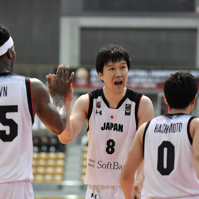 バスケットカウントを決めて勢いをもたらす#8 太田 敦也選手(三遠ネオフェニックス)