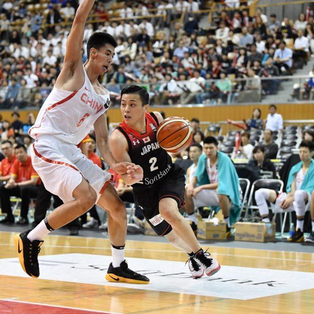 ドリブルで大きなマークをすり抜けていく#2 富樫 勇樹選手(千葉ジェッツ)